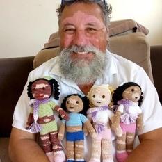 Бразильский пенсионер придумал, как поддерживать детей с редкими заболеваниями (Фото)