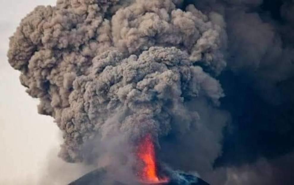 На острове Ява началось извержение самого активного вулкана (Видео)