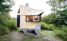 Бетонные ходули и вторичная древесина — крошечный автономный домик в Нью-Йорке (Фото)