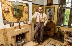 Угольный камин, газовые лампы и декоративные маски — интерьер дома в стиле 1930-х годов увлеченного стариной британца (Фото)