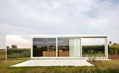 Архитекторы из Бельгии создали проект передвижной студии из транспортных контейнеров (Фото)