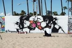 Туалетная бумага, маска и социальная дистанция — уличные граффити о коронавирусе (Фото)