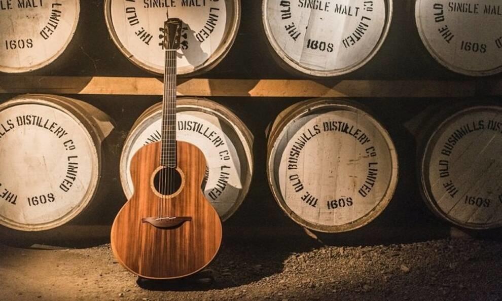 Мастер из Ирландии собрал гитару из старых бочек