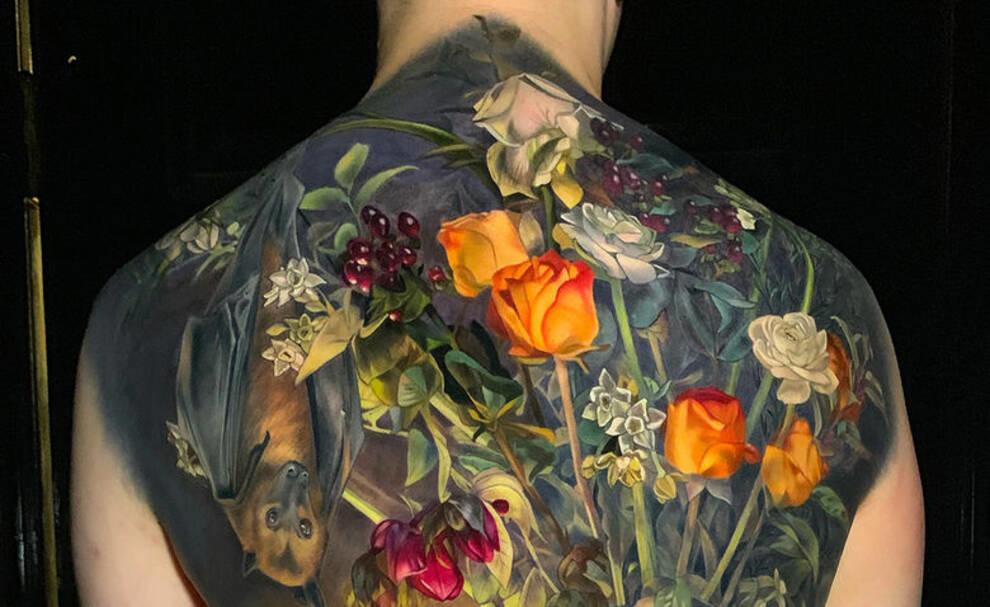 Сочные фрукты и распустившиеся бутоны роз — ботанические татуировки художницы из США