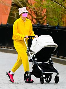 Джиджи Хадид вышла на прогулку в костюме самого модного цвета сезона