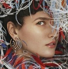 Роскошный образ со стильными украшениями — Katlin Aas на обложке журнала Vanity Fair Italy
