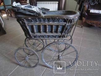 Французская большая старинная коляска с большими кованными колесами