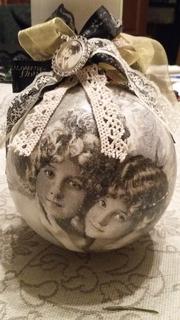 Елочная игрушка шар в стиле ретро декупаж кружево