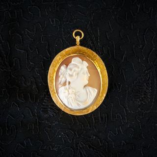 Камея на раковине в золотой оправе