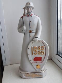 Солдат с автоматом и каске 1945-1985 В честь 40 годовщины ВОВ