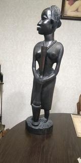 Скульптура африканки.Черное дерево