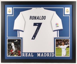 Футболка с аутентичным автографом Криштиану Роналду в VIP рамке с сертификатом Beckett США