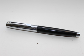 Перьевая ручка Sheaffer 300, Glossy Black featuring GT (Перо M)