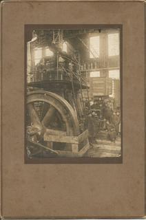Паровозный завод  1915 Харьков (теперь-им.Малышева) Рабочие на фоне турбины