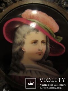 """Портретная миниатюра """"Девушка в шляпе"""", живопись на фарфоре, позолота, XIX век"""