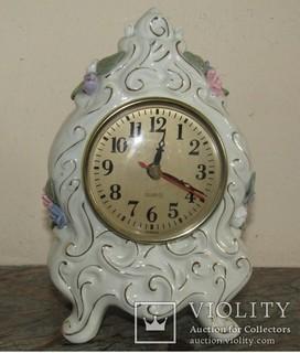 Часы настольные украшены фарфоровыми цветами