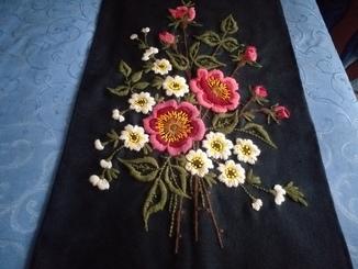 Гобелен цветы на черном.