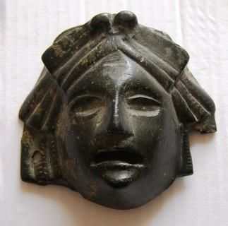 Велика антична маска.