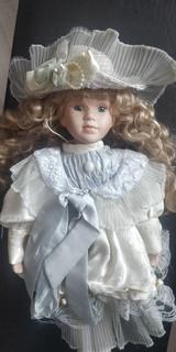 Фарфоровая кукла ,на подставке,Европа