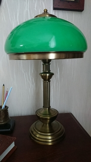 Лампа зелёная настольная.