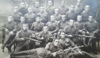 Красноармейцы 51-й стрелковой дивизии с трофейным оружием