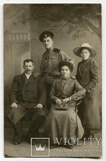 Солдат с нагрудными знаками и медалями, с семьей.