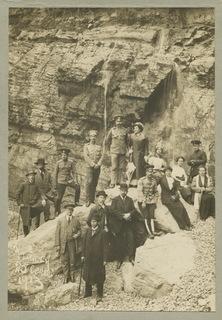 Гусарский офицер с др. офицерами и гражданскими у водопада Учан-Су близ Ялты. 1913 г.