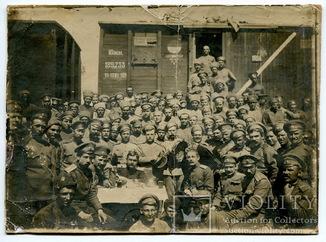Белое движение, 1919 г. Офицеры и солдаты возле поезда.