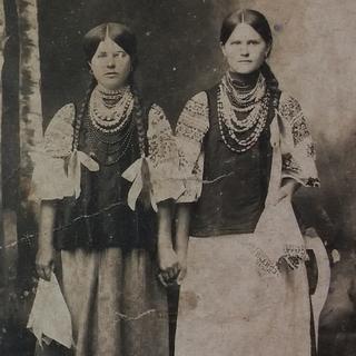 Фото дівчат в національному одязі, до 1917-го року
