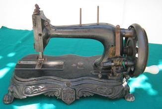 Швейная машинка SINGER в металлическом кофре.