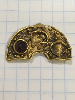 Золотая накладка на фибулу