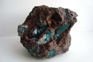 Минерал. Зеленый кристалл в породе. Алмазный блеск как у рубин изумруд сапфир