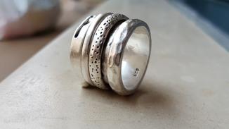 Масивное серебряное кольцо анти стрес , обвитое двумя вращающимися кольцами
