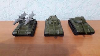 2 танка и ракетная установка