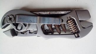 Мультитул , нож ,  отвертка , ключ  гаечный , напильник , пласкогубцы .