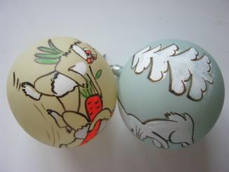 Старинные игрушки шары с зайцами