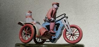 Игрушка заводная ''Мотоциклист с пассажиркой''. Жесть.