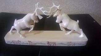 Два оленя. Искусство Уэлнских  косторезов