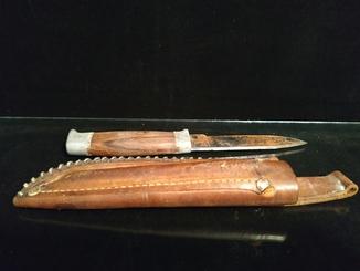 Старый нож ручной работы в кожаном чехле Erling Vangedal