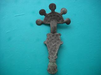 Большая пальчатая пятипалая фибула Пеньковской культуры украшенная солярными знаками