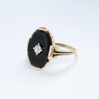 Золотое кольцо-печатка с черным агатом и бриллиантом