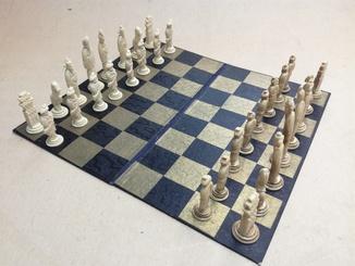 Шахматы старинные с фигурками из кости. Футляр.
