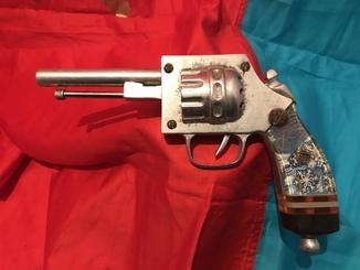 Винтажный сувенирный пистолет ручной работы.