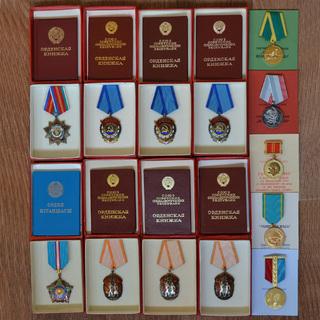 Комплект на женщину, 8 трудовых орденов.