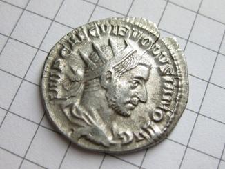 Антониниан, Волузиан.