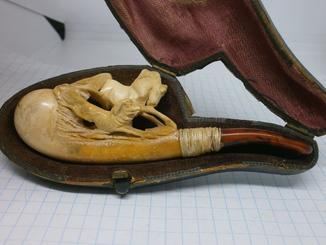 Старинная курительная трубка в родном футляре.Лошадь, собака. Охота