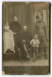Казак - приказный Оренбургского казачьего войска со знаками и медалью с семьей
