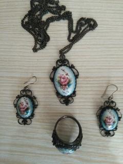Лот-5. Набор украшений с финифти: перстень,цепочка с кулоном,серьги.