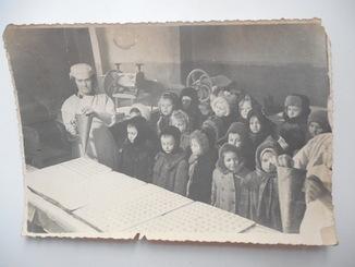 Старое фото группа детей в кондитерской на экскурсии 174/117мм
