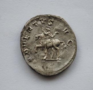 """Антониниан имп.Траяна Деция,реверс""""Прибытие Августа""""."""